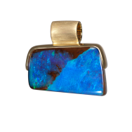 Anhänger mit eckigem Boulder Opal in Dunkelblau, 750er Gold