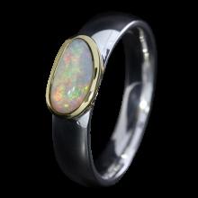 Ring mit strahlendem Edelopal in schlichter 750er Goldfassung, Ring Größe 53