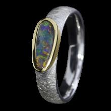 Opalring mit schimmerndem Edelopal, 925er Silber, goldbelötet mit 750er Gold, Ringgröße 57