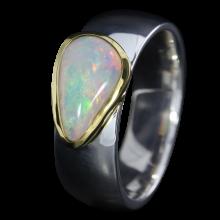 Ring mit leuchtendem Edelopal in Weiß, 925er Silber, goldbelötet mit 750er Gold, Ring Größe 55