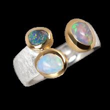 Magischer Ring mit einer Kombination aus Edelopal, Schwarzopal und Boulderopal, 925er Silber, vergoldet, Ring Größe 57