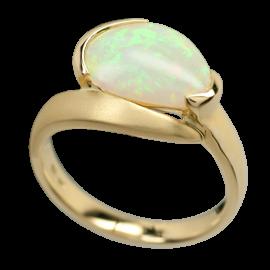 Ring_mit_ovalem_Edelopal_laengs_750er_Gold_01