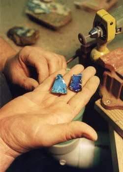 Fertig geschliffene Opale in der Werkstatt.